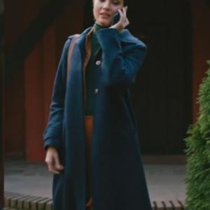 Cesur Ve Güzel 6 bölüm dizi kıyafetleri Sühan Tuba Büyüküstünün dizide giydiği Lacivert uzun kabanın markası.