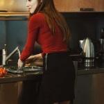 Defne'nin giydiği volanlı mini siyah eteğin markası Zara'dır.