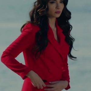 Kara Sevda 48. Bölüm Asuman kırmızı elbise markası Öğrenilince bilgi güncellemesi yapılacaktır.