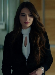 Kara sevda 47 bölüm Melisa Aslı Pamuk Asu boğazlı beyaz triko kazak ve mini siyah belden lastikli ceket kombini