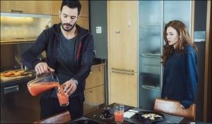 Kiralık Aşk dizisinin 64 bölümünde Defne triko markası Zara