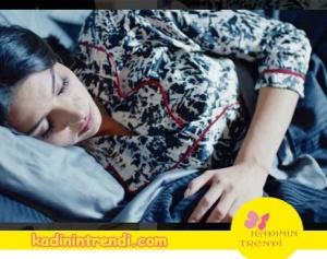 Kara Sevda Eski bölümlerinden Asumanın giydiği pijama takımı Zeynep Meltem Aktaş markasıdır