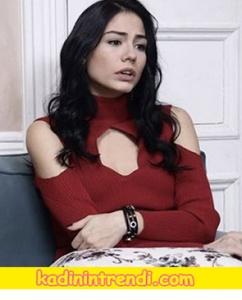 Kıyafetleri Lalenin giydiği Yaka dekolteli bordo triko kazak Kintss marka.