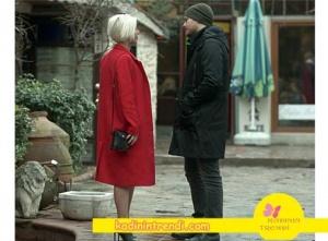 İçerde-21-bölüm-dizi-kıyafetleri-yeşimin giydiği kırmızı kaban kırmızı palto