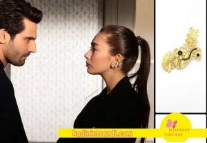 Kara sevda 54 Bölüm Dizi Kıyafetleri Nihan'ın Beyaz triko üzerine taktığı zincir kolye Bendis Takı'dan.