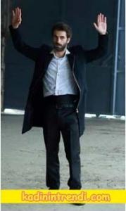 Poyraz Karayel 78 Bölüm Kıyafetleri Poyraz'ın siyah önü fermuarlı kabanın Markası açıklanacak.