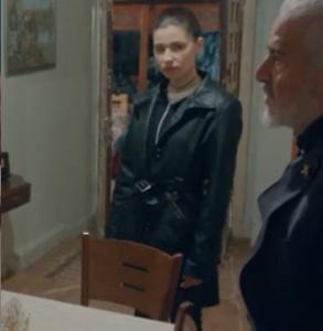 İçerde Handan'ın yardımcısı Fulay'nın giydiği siyah uzun deri mond Bradford.