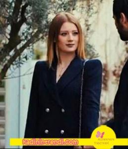 İçimdeki Fırtına dizisinde Elifin giydiği siyah çift düğmeli ceket elbise Zara Markadır
