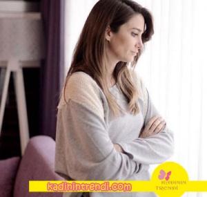 Adı Efsane dizisinde Seçil karakterinin giydiği krem rengi sweatshirt Eda Erdoğan