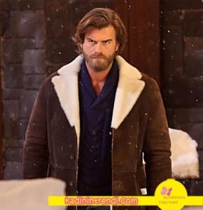 Cesur ve Güzel Dizisinde kıvanç Tatlıtuğ'un giydiği lacivert triko kazak markası Kığılı. Süet kaban ise Derimod'dan.