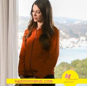Derinin giyindiği turuncu bomber ceketin markası Mudo
