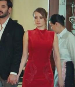 Elif kırmızı elbise Zeynep Erdoğan markasıdır