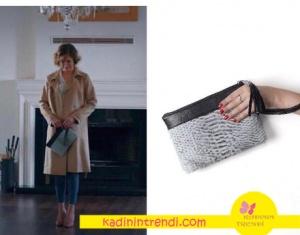 Hülya'nın bej kabanla kullandığı gri siyah el çantası Pinky Lola.