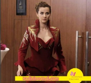 No 309 dizisinde Pelinsu karakterinin giyindiği bordo elbisesi Fouad Sarkis marka