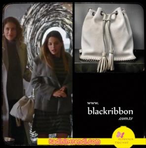 Paramparça 94 bölüm kıyafetleri Cansu beyaz sırt çantası Black Ribbon markadır.