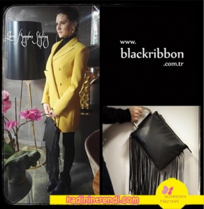 Hazal'ın sarı ceket ile kombine ettiği püsküllü siyah çantası. Bu çantanın markası Black Ribbon'dur.