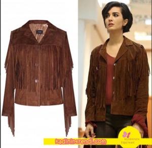 Tuba Büyüküstün kahve rengi püsküllü ceket H6 By Hazal Ozman marka. Ceketin modeli Fianna'dır.
