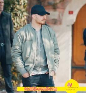 içerde dizisinde Çağatay Ulusoy'un giydiği haki bomber mont H&M marka.