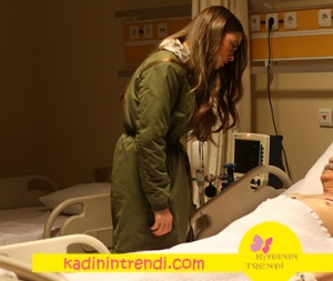 İçerde 30. bölüm dizi kıyafetleri Bengü Soral haki trençkot markası araştırılıyor.