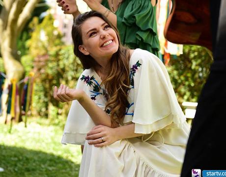 İstanbullu Gelin Süreyya çiçek işlemeli krem rengi elbise hangi marka