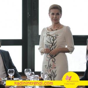 Aşk ve Gurur 5 bölüm kıyafetleri Şevval'in önü desenli beyaz elbisesi ve kolye kombini.