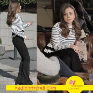 Aşk-ve-Gurur-5-Bölüm-Kıyafetleri--Zeynep siyah beyaz çizgili triko kazak ve siyah ispanyol paça pantolon kombini