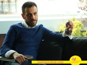 Bir deli sevda Erkan Kolçak Köstendil in canlandırdığı Mehmet karakterinin giydiği beyaz gömlek ve koyu mavi triko kazak