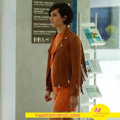 Cesur-ve-Güzel-21-bölüm-dizi-kıyafetleri- Tuba Büyüküstün turuncu elbise ve taba kiremit rengi püsküllü ceket Rack İstanbul