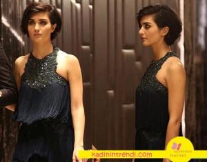 Cesur ve Güzel 22. bölüm dizi kıyafetleri Tuba Büyüküstün'ün giydiği petrol rengi püsküllü abiye markası Raissa Vanessa.