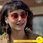 Fi dizisinde 3. bölümde Duru'nun kız arkadaşının kırmızı güneş gözlükleri Vedi Vero marka.