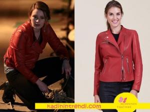 Kara Sevda 63. bölümde Komser Mercan'ın giydiği kırmızı deri ceketi Desa marka.