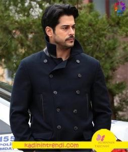 Kara Sevda Burak Özcivit'in giydiği düğmeli siyah ceketin markası araştırılmakta.