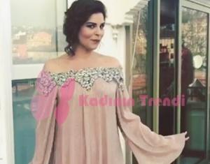 Zeynep'in giydiği omuzları taş işlemeli pudra elbise Raisa Vanessa markadır.