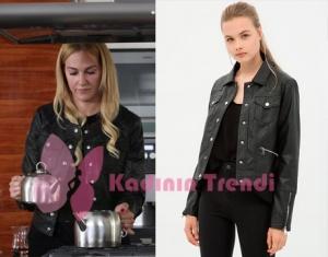 Eşkiya Dünya'ya Hükümdar Olmaz Dizisinde,Suzi'nin deri ceketi Koton markadır.