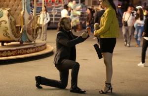 İçerde Final bölümde Mertin evlenme teklifi yaparken giydiği takım elbise Eylem ayakkabı