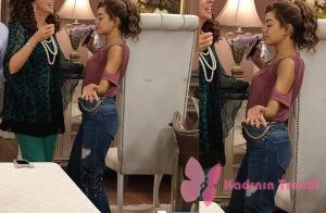 Türk Malı dizisinin 3. bölümünde Selin'in giydiği pembe bluz ve palmiye desenli kot pantolon markası Tiffany.