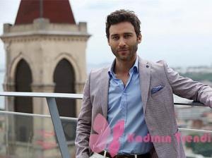 Ateş Böceği 1. Bölümde Seçkin Özdemir'in giydiği Gri Ceket Damat Tween markadır.