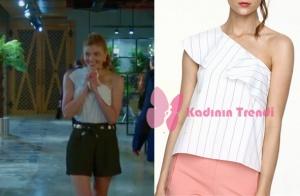 Dolunay 3. Bölümde Demet'in giydiği tek omuzlu beyaz bluz markası Adil Işık'dır.
