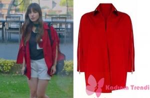 Dolunay 5. bölümünde, Nazlı karakterinin giymiş olduğu, kırmızı ceket markası Ceren Ocak.