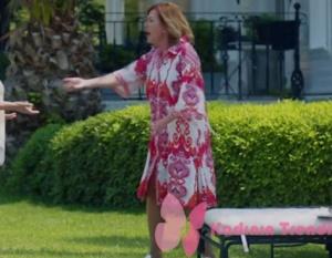 Handan'ın giydiği kırmızı beyaz desenli elbise markasıÇiğdem Akın.