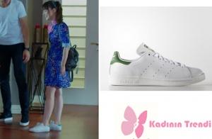 Nazlının mavi elbise ile giydiği ayakkabının markası ve modeli Adidas Stan Smith
