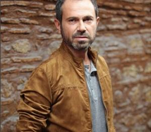 Eşkiya Dünyaya Hükümdar olmaza yeni katılan Olgun Şimşekin canlandırdığı Yaşar karakterinin taba rengi ceketi