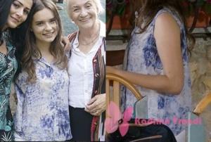 Eşkiya Dünya'ya hükümdar olmaz dizinin 72. bölümünde Zeyno karakterinin giydiği beyaz mavi desenli bluz markası Loft.