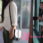 Fazilet Hanım ve Kızları Hazan kıyafetleri Hazan'ın gömlek kombini: beyaz gömleği haki pantolonu ve omuz çantası