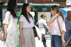Rüya 3. bölüm dizi kıyafetleri Elif beyaz çiçekli elbise cemre pembe beyaz çizgili gömlek