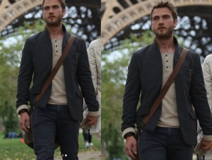 Çukur 1. bölüm Aras Bulut İynemli pariste giydiği kombin ceket, pantolon, krem rengi düğmeli tişörtscotch & soda markadır.