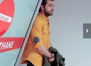 Savaş turuncu gömlek Savaş siyah pantolon ve Savaş bileklik hangi marka.