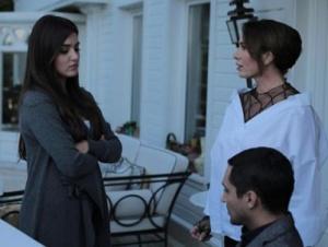 Siyah İnci kıyafetleri 5. bölüm Hande Erçel Hazal gri hırka Canan beyaz gömlek ve siyah transparan bluz hangi marka