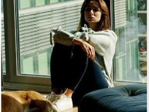 Siyah Beyaz Aşk dizisi 3. bölümde Aslı karakterini canlandıran Birce Akay'ın spor ayakkabıları Adidas.