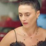 Ufak Tefek Cinayetler 2. bölüm kıyafetleri Merve siyah detaylı kolye markası araştırılıyor. Merve yaka kısmı dantelli ip askılı siyah bluz ADL marka.